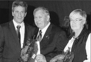 zum Bild: Heinz Engelke (Bildmitte) erhält vom Abteilungsleiter VfL-Leichtathletik Armin Beyer und seiner Vorgängerin Birgit Beintken die DLV-Silbernadel verliehen. Foto: Heinz Benken.
