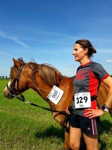 zum Bild: Ordnungsgemäß mit Startnummer: Eva Bohnen und ihr Pony Calderon absolvierten die Fünf-Kilometer-Distanz des virtuellen Hasetal-Marathons. Foto: Bohnen.
