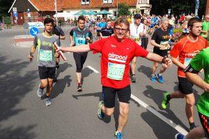 zum Bild: Sichtlich gut gelaunt gingen die Läufer des Hauptlaufs im Sommer 2017 beim Remmers-Hasetal-Marathon des VfL Löningen auf die Strecke. Foto: Catfun Foto.