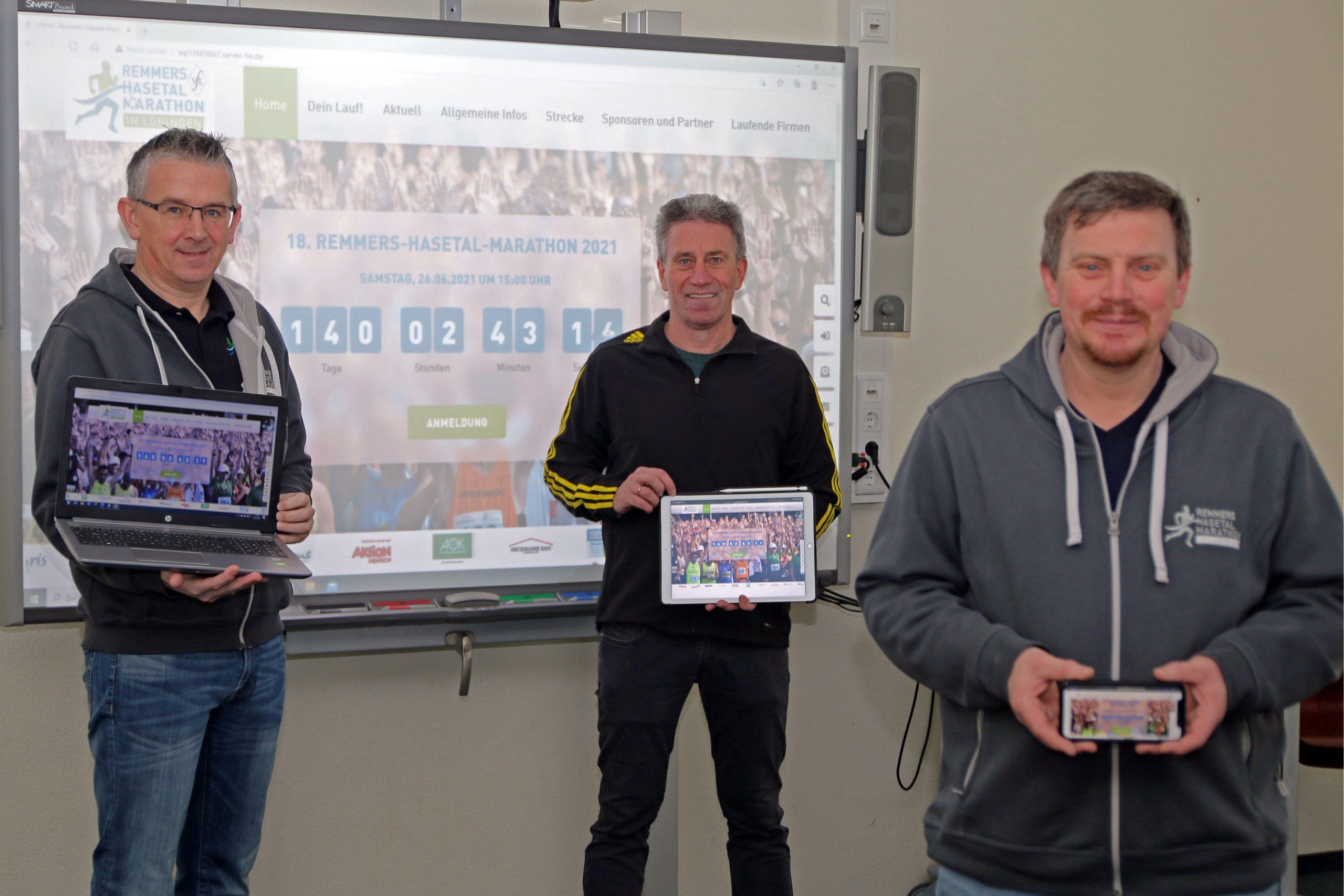 zum Bild: Das Löninger Marathon-Organisationsteam freut sich über den neuen Webauftritt unter www.remmers-hasetal-marathon.de. Von links: Stefan Beumker, Armin Beyer und Jens Lüken. Foto: Remmers-Hasetal-Marathon.