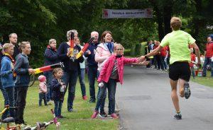 zum Bild: Wie hier beim Motivationsstand der KAB Löningen in Löningen-Ehren hoffen die VfL-Marathon-Organisatoren auch für den nächsten Lauf am 22.06.2019 auf Hilfe und beste Stimmung beim Stand ´Schelmkapper Brücke´. Foto: Matthias Garwels.