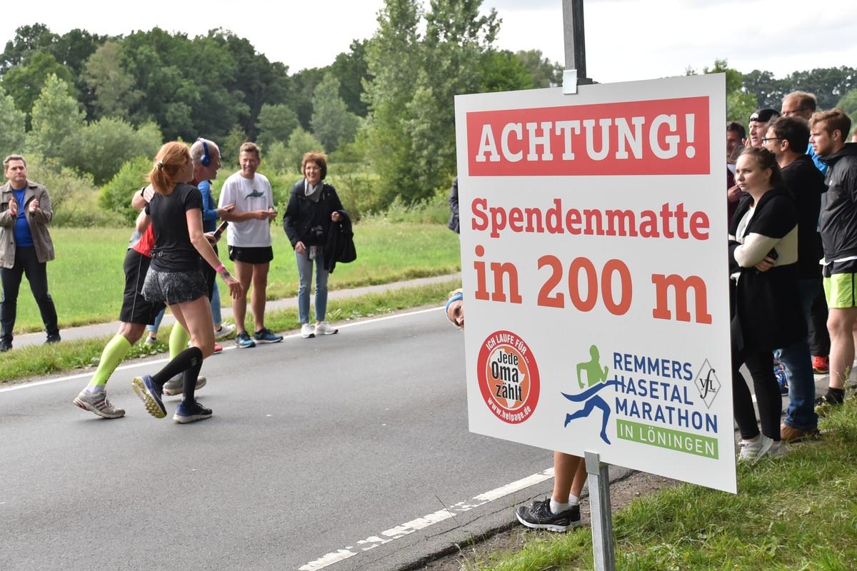 zum Bild: Mit großen Schildern weisen wir auf die beiden Spendenmatten hin, die ebenfalls deutlich gekennzeichnet sind. Foto: Matthias Garwels.