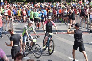 zum Bild: Alle Wettbewerbe in Löningen werden von Fahrradfahrern begeleitet. Foto: Matthias Garwels.