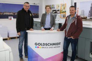 zum Bild: Gemeinsam mit Stefan Beumker (links im Bild) und Jens Lüken freut sich Vera Goldschmidt über das Logo-Update. Foto: VfL Löningen.