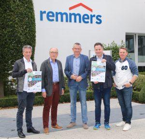 zum Bild: Das Löninger Unternehmen Remmers steht dem ´Sommerabend-Lauffest´ erneut als verlässlicher Partner und Namensgeber zur Seite. Von links: Armin Beyer (Orga-Team Remmers-Hasetal-Marathon des VfL Löningen), Gerd-Dieter Sieverding (Aufsichtsratsvorsitzender Remmers Gruppe AG), Stefan Beumker (Orga-Team), Klaus Boog (Vorstand Remmers Gruppe AG) und Jens Lüken (Orga-Team). Foto: Remmers-Hasetal-Marathon.