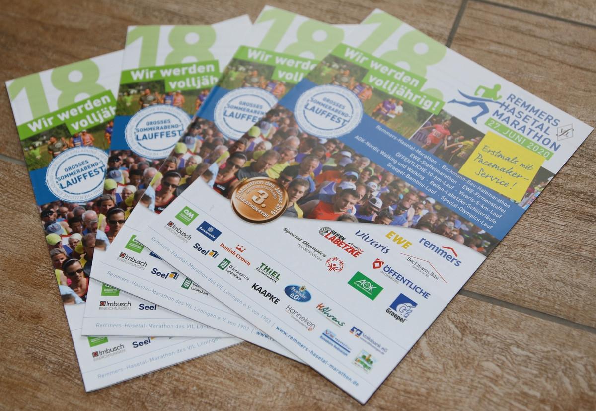 zum Bild: Die neuen Anmeldeflyer für den Remmers-Hasetal-Marathon 2020 sind gedruckt.