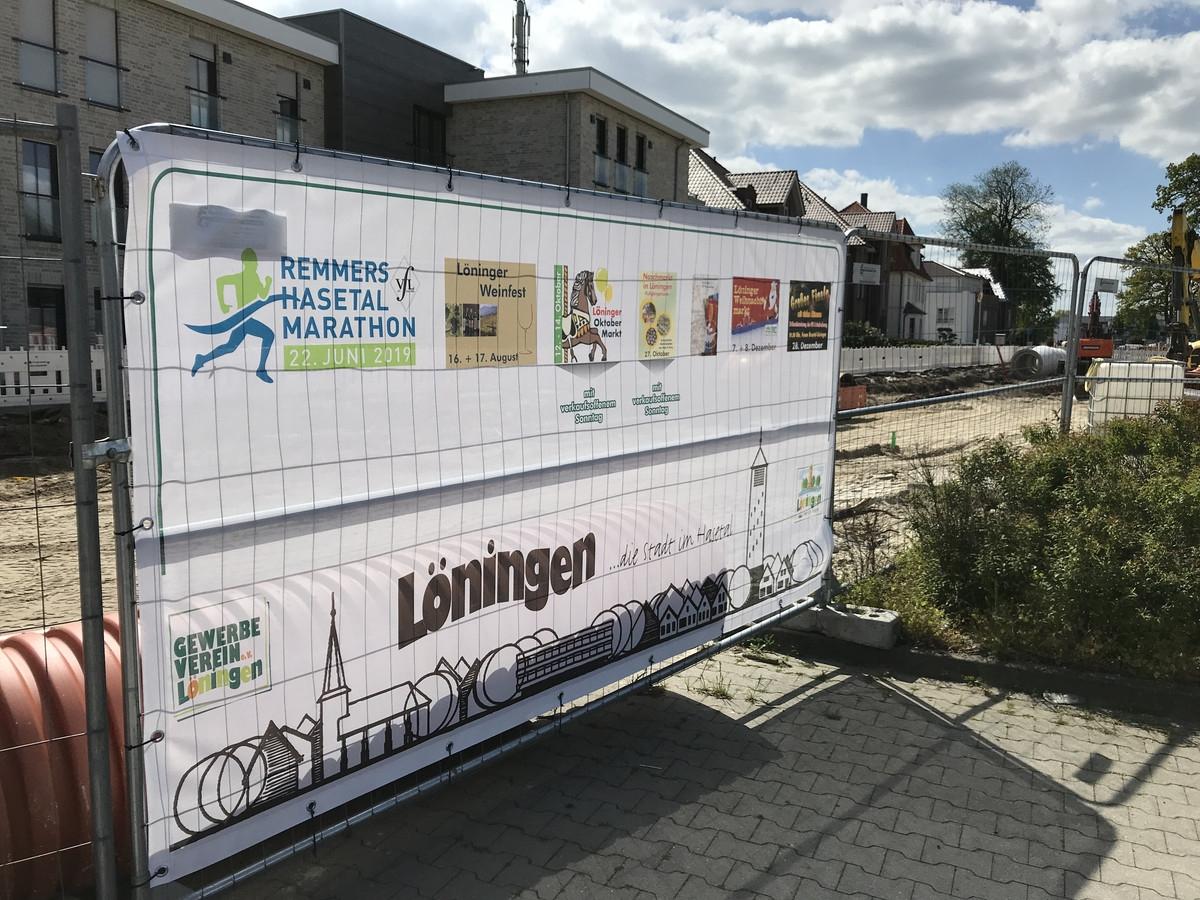 """zum Bild: Mit dieser Bauzaun-Werbeplane wird ab sofort für das Löninger """"Sommerabend-Lauffest"""" geworben. Foto: Remmers-Hasetal-Marathon des VfL Löningen."""