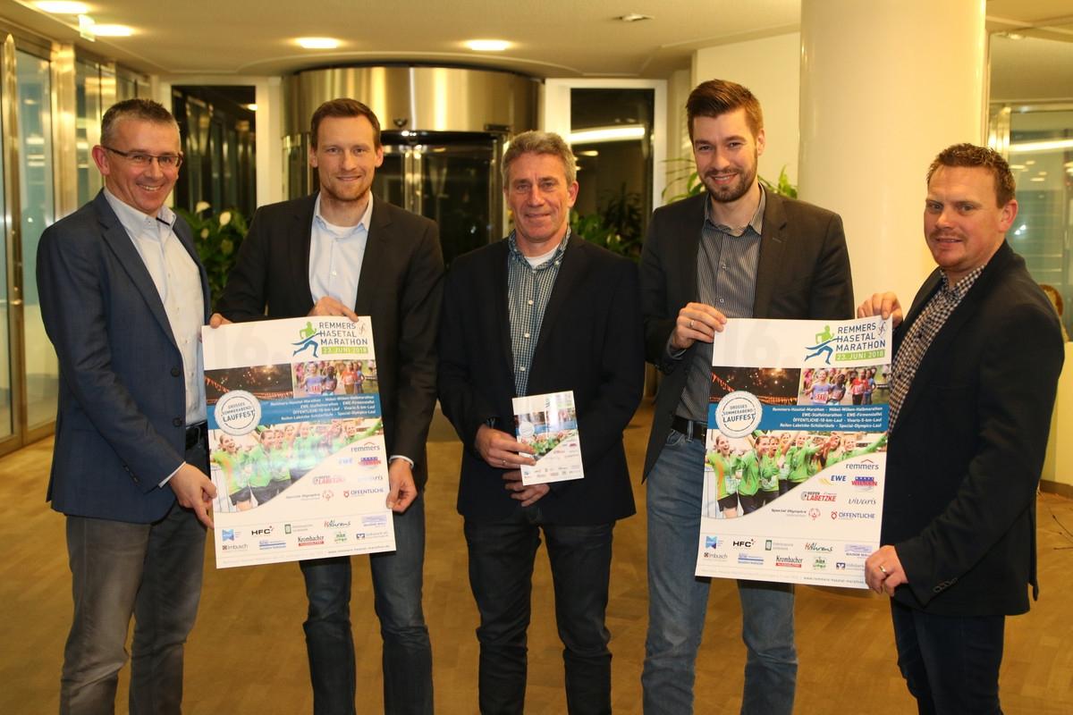 zum Bild: Gemeinsam mit Nils Brönstrup (2. v. r.) und Carsten Niederberger (2. v. l.), beide aus dem Bereich Sponsoring und Events der EWE AG, freuen sich die Organisatoren des VfL Löningen über die geschlossene Sponsoringvereinbarung. Foto: VfL Löningen.