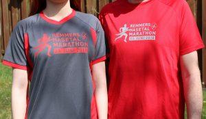 zum Bild: Das Funktions-Shirt 2018 für die Teilnehmer (links im Bild) besticht durch die Farbe anthrazit mit roten Akzenten an den Seiten, den Armen und dem Halsausschnitt. Die freiwilligen Helfer entlang der Strecke erstrahlen in rot, erstmals auch in atmungsaktiven Funktions-Shirts. Foto: VfL Löningen.
