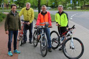 zum Bild: Unter der Leitung von Friedhelm Henze aus Wilhelmshaven (orange Weste, zweiter von rechts) wurden die Strecken über 5- und 10-km beim Remmers-Hasetal-Marathon des VfL Löningen neu vermessen. Foto: VfL Löningen.