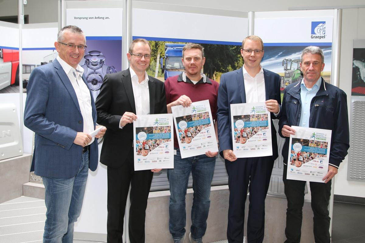 zum Bild: Freuen sich auf den neuen Grapel-Bambini-Lauf beim Remmers-Hasetal-Marathon des VfL Löningen (von links): Stefan Beumker, Carlo Graepel, Jens Lüken, Felix Graepel und Armin Beyer. Foto: VfL Löningen.