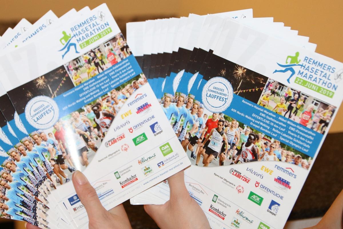 zum Bild: Die neuen Infoflyer für den Marathon 2019 sind da.