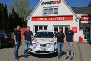 zum Bild: Laden gemeinsam zu den Reifen-Labetzke-Schülerläufen ein (von links): Stefan Beumker (Orga-Team), Clemens Koop, Jens Lüken (Orga-Team) und Daniel Koop. Foto: Remmers-Hasetal-Marathon des VfL Löningen.