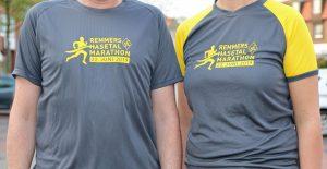 zum Bild: In diesem Jahr erstrahlen die Finisher- und Helfer-Shirts des Remmers-Hasetal-Marathons des VfL Löningen in den Vereinsfarben des VfL Löningen. Helfer-Shirt links, Finisher-Shirt rechts. Foto: Remmers-Hasetal-Marathon des VfL Löningen.