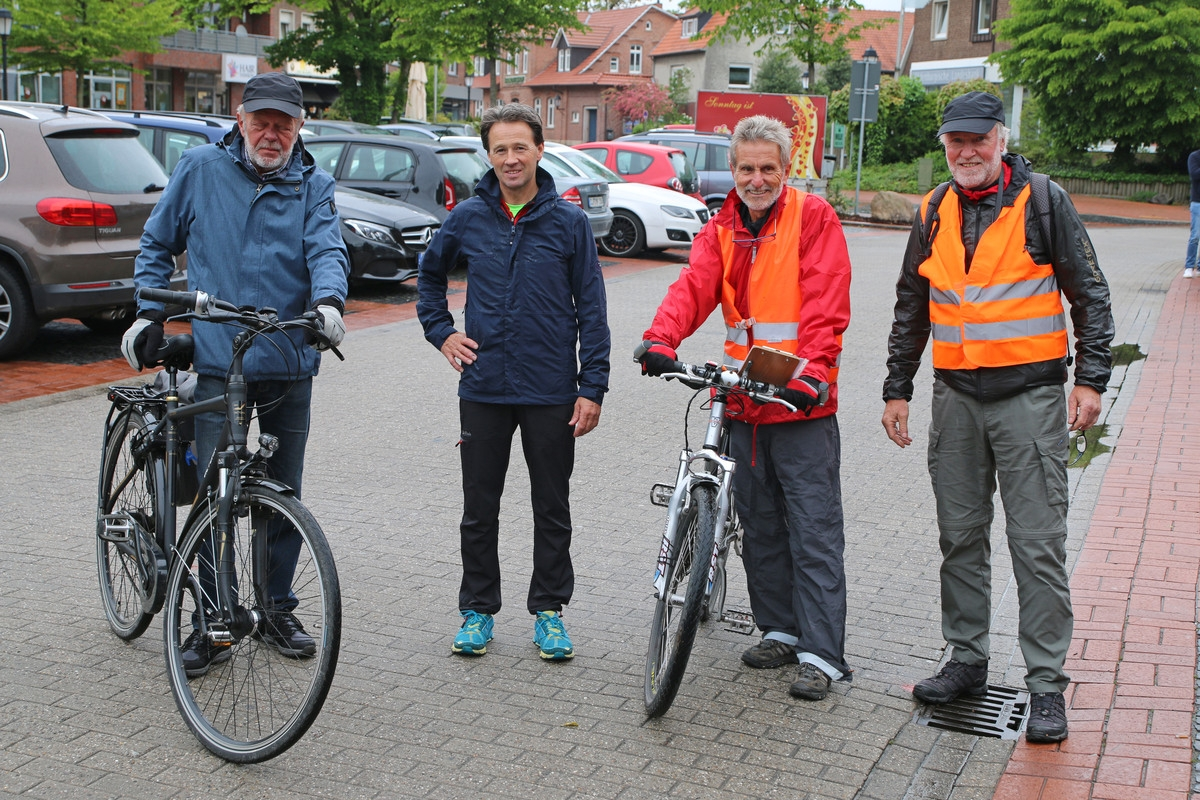 zum Bild: Unter der Leitung von Friedhelm Henze aus Wilhelmshaven (rote Jacke, zweiter von rechts) wurden die Marathon- und Halbmarathon-Strecken beim Remmers-Hasetal-Marathon des VfL Löningen neu vermessen. Foto: Stefan Beumker.