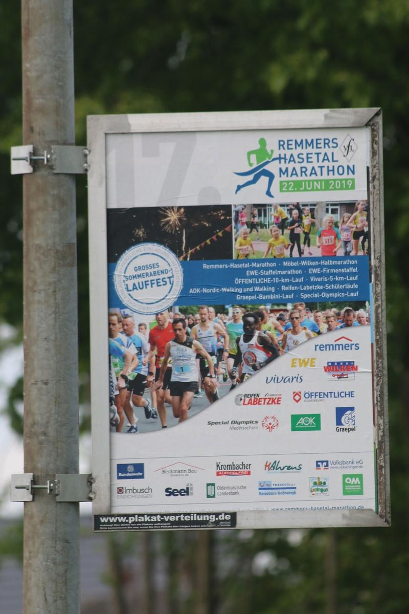 zum Bild: An vielen Laternenmasten sind sie jetzt zu sehen: Die neuen Plakate für den diesejährigen Remmers-Hasetal-Marathon des VfL Löningen.