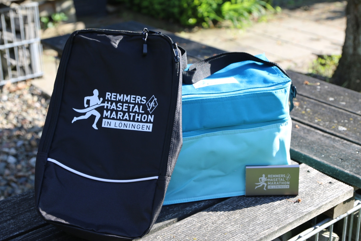 zum Bild: Die diesjährigen Altersklassenpreise beim Remmers-Hasetal-Marathon des VfL Löningen. Foto: Stefan Beumker.