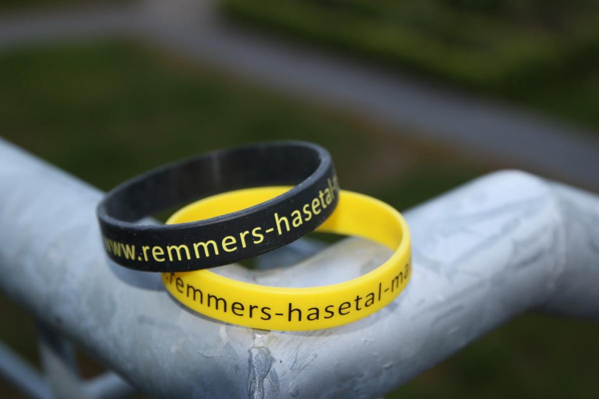 zum Bild: Beim diesjährigen Löninger ´Sommerabend-Lauffest´ erhält jeder Teilnehmer zusätzlich zu den sonstigen Leistungen ein Silikon-Armband als Erinnerungsgeschenk. Foto: Stefan Beumker.