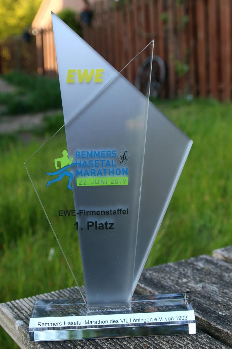 zum Bild: Der Siegerpokal 2019 beim EWE-Firmenstaffel-Wettbewerb beim Remmers-Hasetal-Marathon des VfL Löningen. Foto: Stefan Beumker.