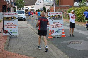 """zum Bild: Während des Remmers-Hasetal-Marathons des VfL Löningen konnten die Läuferinnen und Läufer über speziell ausgeschilderte Spendenmatten laufen und dadurch 5,-- Euro für das Projekt """"Laufend helfen in Löningen"""" spenden. Foto: larasch.de."""