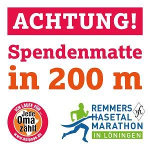 zum Bild: Mit diesen Hinweisschildern können die Läuferinnen und Läufer die aufgebauten Spendenmatten erkennen.