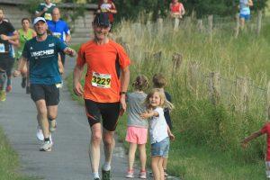 zum Bild: Der Remmers-Hasetal-Marathon begeistert Jung und Alt entlang der Strecke. Foto: Ortwin Roye.