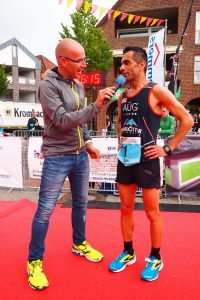 zum Bild: Vorjahres-Marathon-Sieger Elias Sansar ist auch 2018 wieder vertreten und hofft erneut auf einen Sieg, wie hier beim Gespräch mit Streckenmoderator Andreas Menz, der ebenfalls erneut am Mikro steht. Foto: Catfun-Foto.