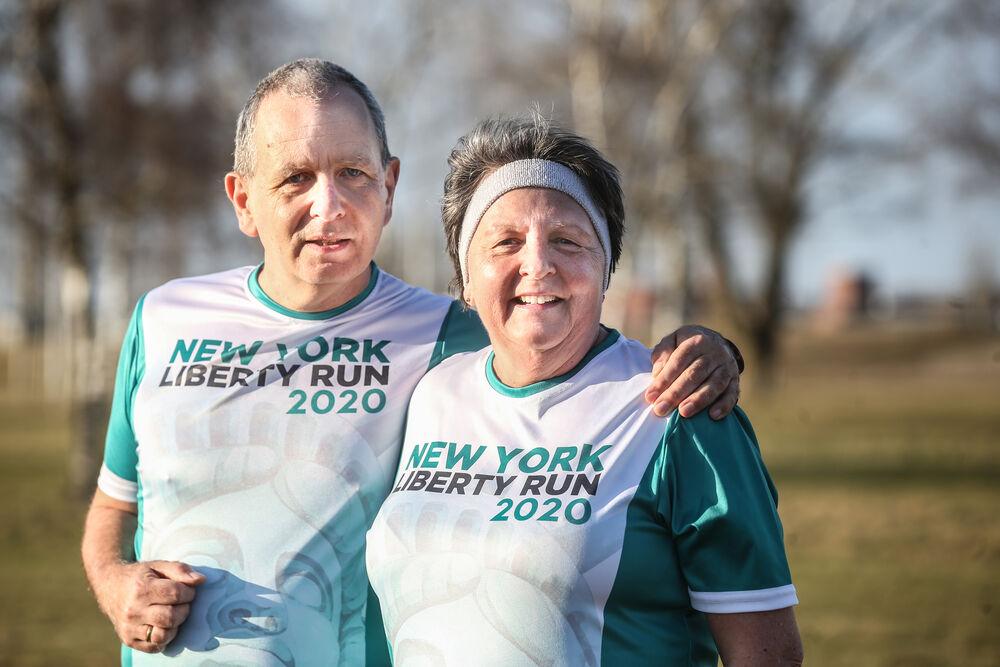zum Bild:Uwe und Gunda freuen sich darüber, Teilnehmershirts vom New York Marathon bekommen zu haben. Die Veranstaltung fand 2020 allerdings nur virtuell statt. Foto: Christian Kosak.