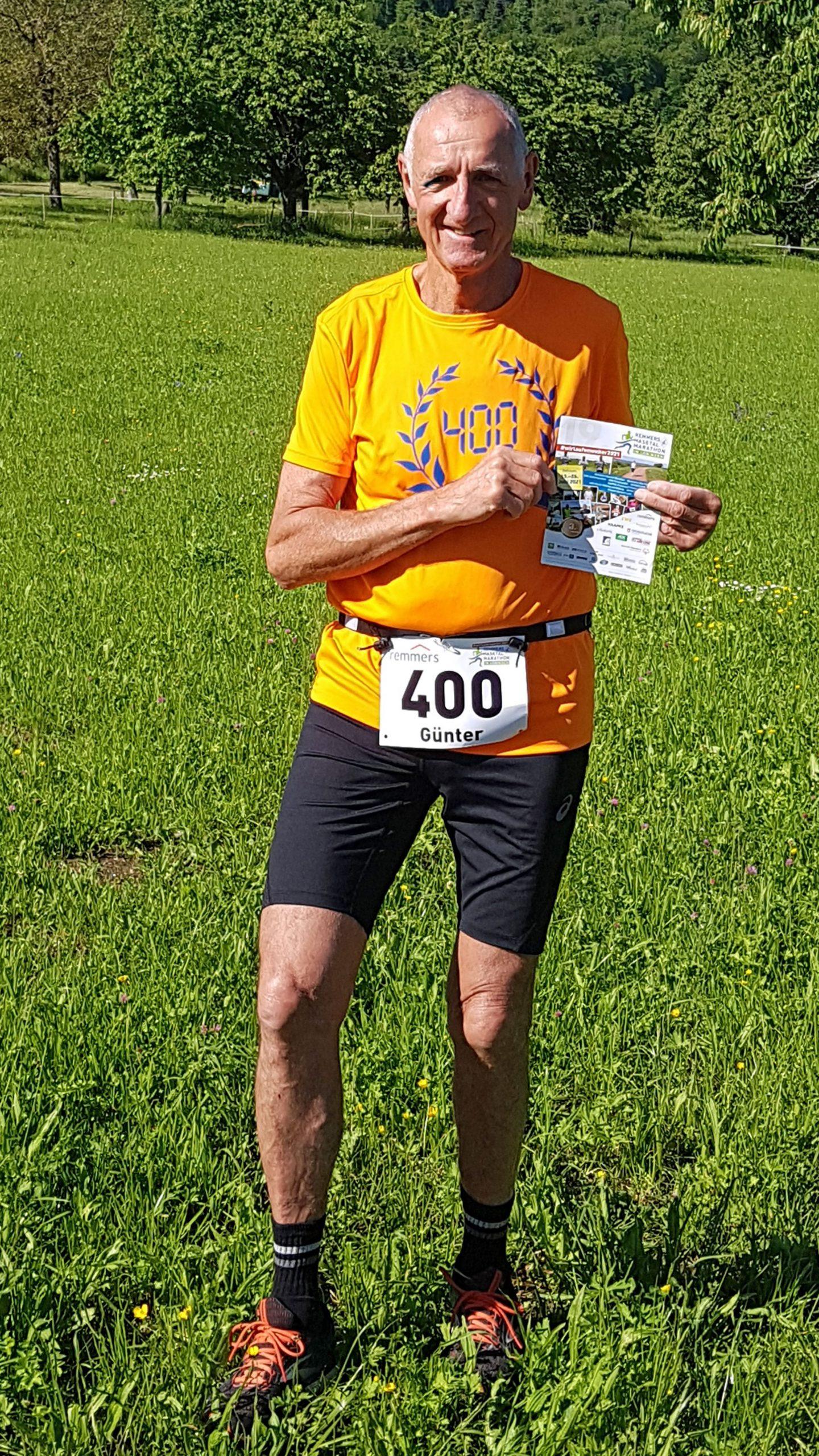 zum Bild:Günter Scheeff läuft beim virtuellen Remmers-Hasetal-Marathon des VfL Löningen seinen 400. Marathon. Das Trikot-Geschenk von seinem Lauftreff und die Startnummer 400 hat er schon einmal Probe getragen. Foto: Günter Scheeff.