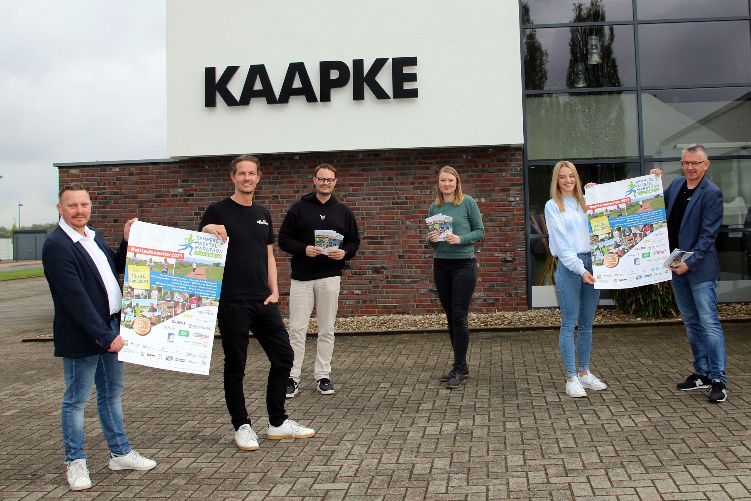 zum Bild:Laden gemeinsam zum neuen KAAPKE-Firmenlauf (10 km) ein, von links nach rechts: Jens Lüken (Marathon-Team), Benedikt Kläne, Firmenchef Timo Kaapke, Eva Plaggenborg, Sandra Lampe (alle KAAPKE-Kreativteam) und Stefan Beumker (Marathon-Team). Foto: Remmers-Hasetal-Marathon des VfL Löningen.