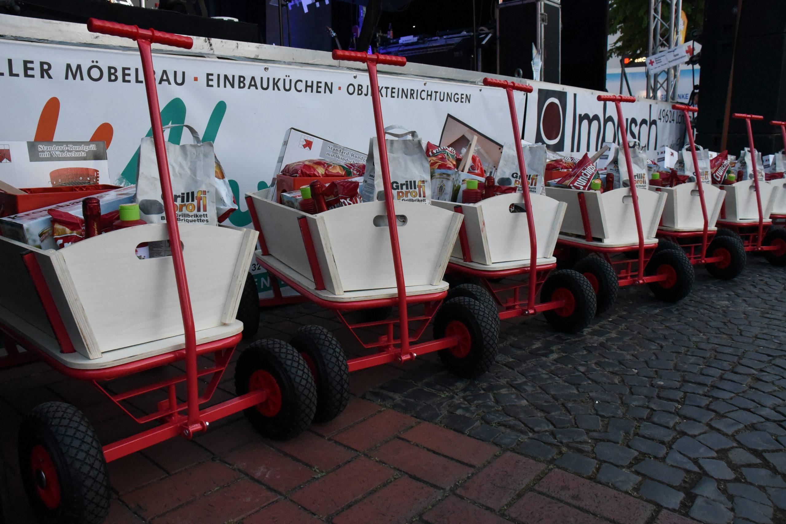 zum Bild:Zwei prall gefüllte Bollerwagen gibt es beim KAAPKE-Firmenlauf (10 km) zu gewinnen. Foto: Matthias Garwels.